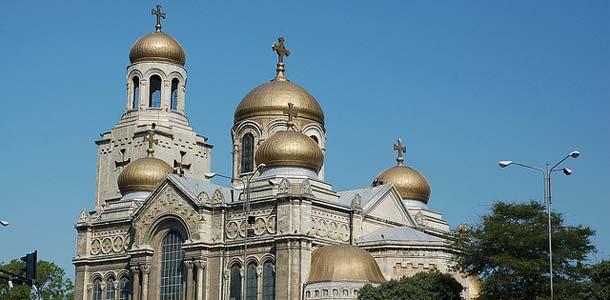Varnan kaupunki sijaitsee Kultahietikon kupeessa