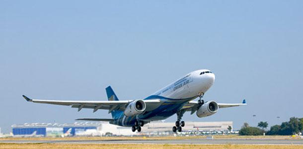 Oman Airin lentokone nousussa