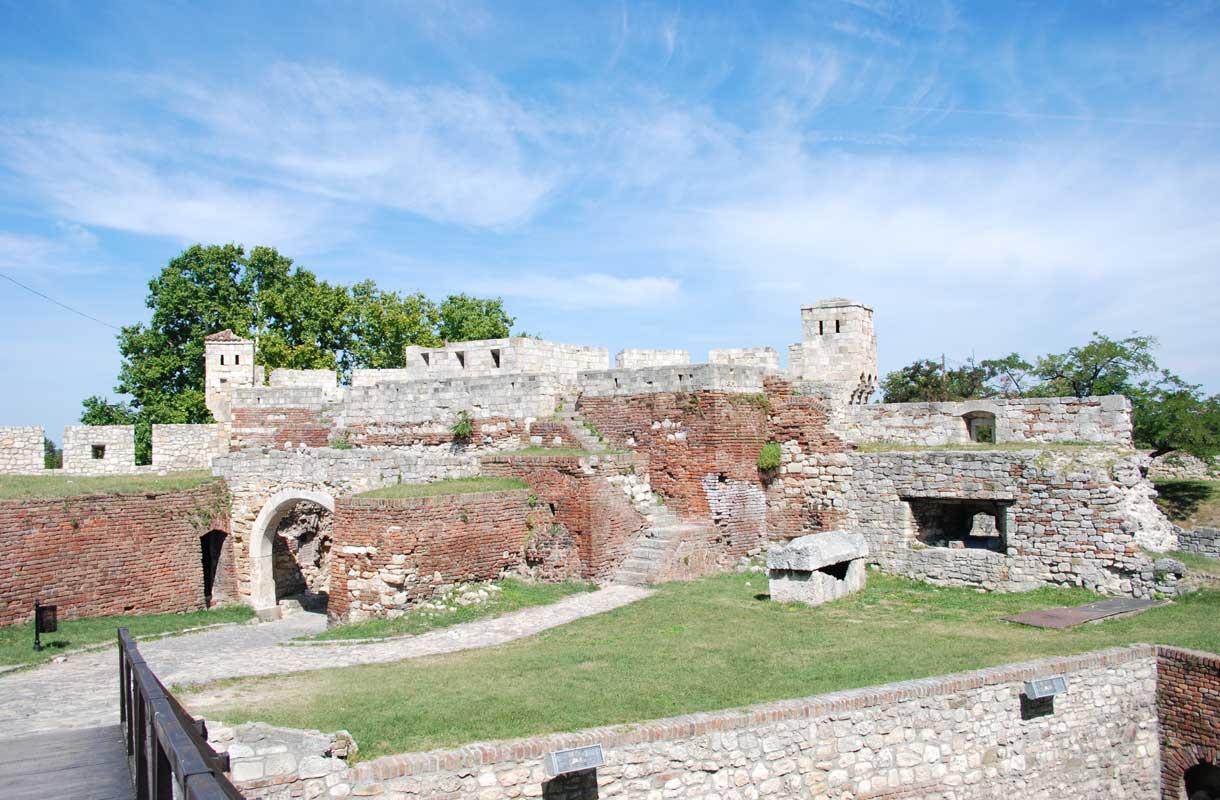Kalemegdanin linnoitus kertoo Serbian sotaisasta historiasta.