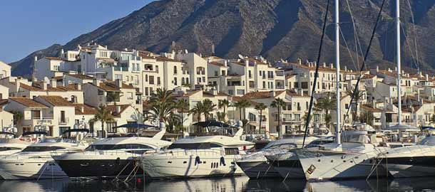 Marbellan kuuluisa huvisatama on suosittu vierailukohde