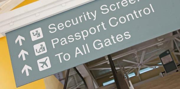 Passintarkastuskyltti lentokentällä