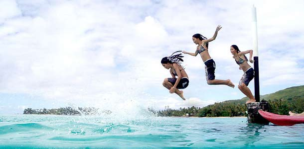 Lapset uimassa Tahitilla