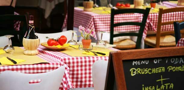Viinipullo italialaisen ravintolan pöydässä
