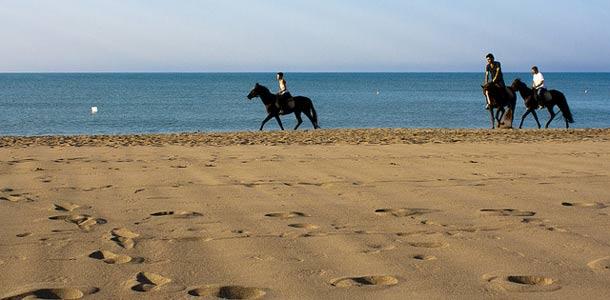 Belekin hiekkaranta ja ratsastajia