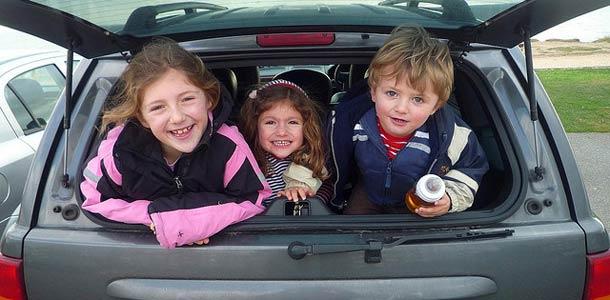 Näin kauan lapset viihtyvät autossa