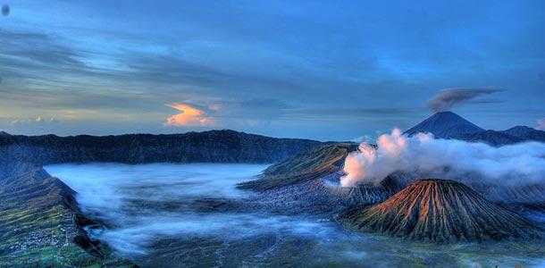Vuorenhuiput pilvien lomassa