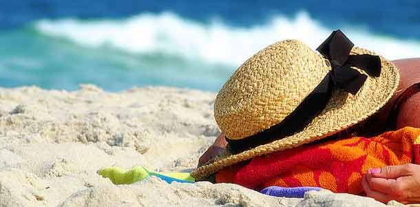 Hattu rantahiekalla
