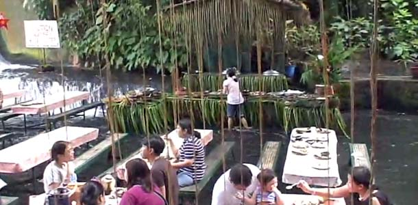 Ruokaile vesiputouksen alla Filippiineillä