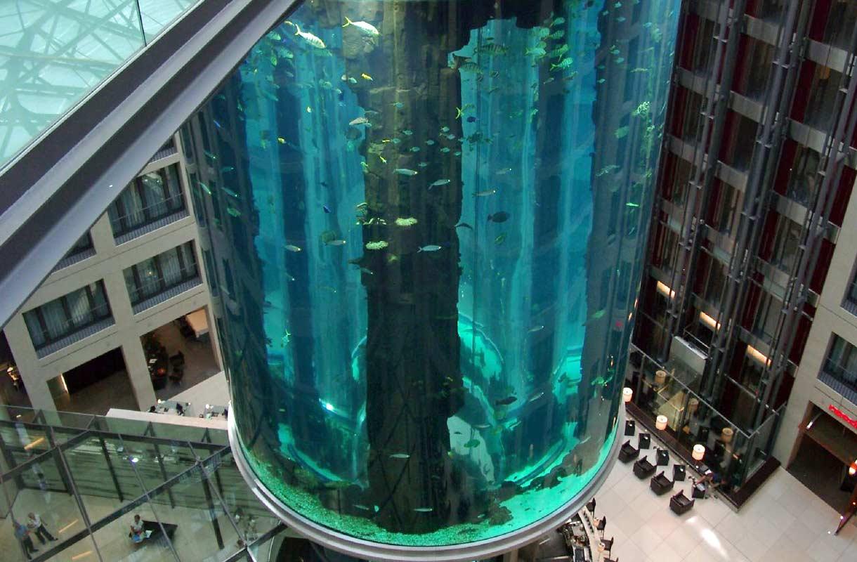 Erikoinen hissi AquaDom Berliinissä