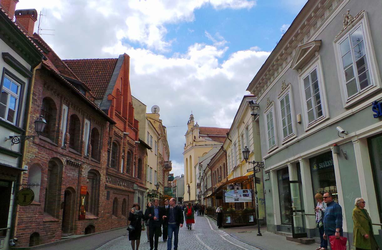 Vilnan vanhastakaupungista löytyy kirkkoja, aukioita, putiikkeja ja synagogia.