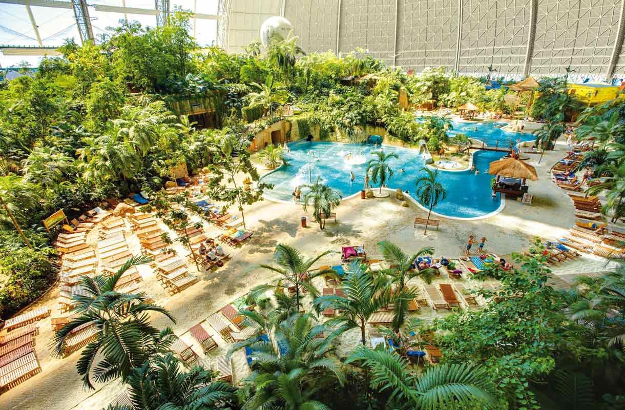 Uima-altaat ja palmut tuovat tropiikin tunnelmaa Saksassa.