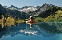 Hotellin uima-allas Sveitsissä