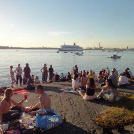 Pihlajasaaren ranta täytyy aurinkoisena päivänä ihmisistä.