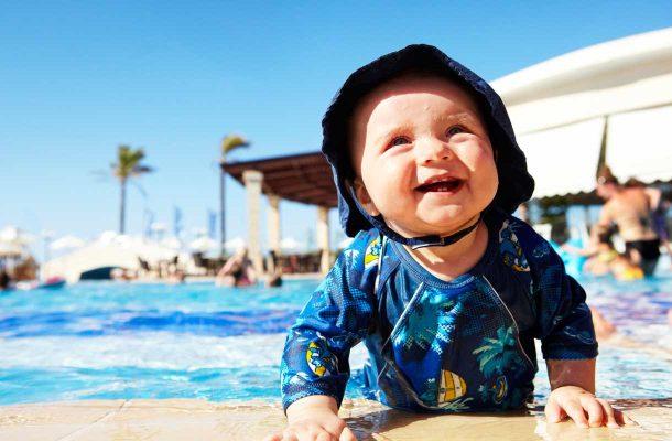 Vauva uima-altaalla