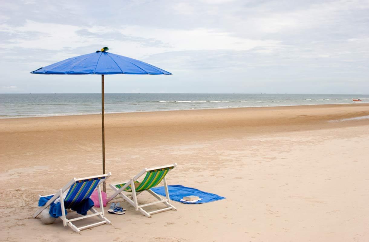 Aurinkotuolit rannalla