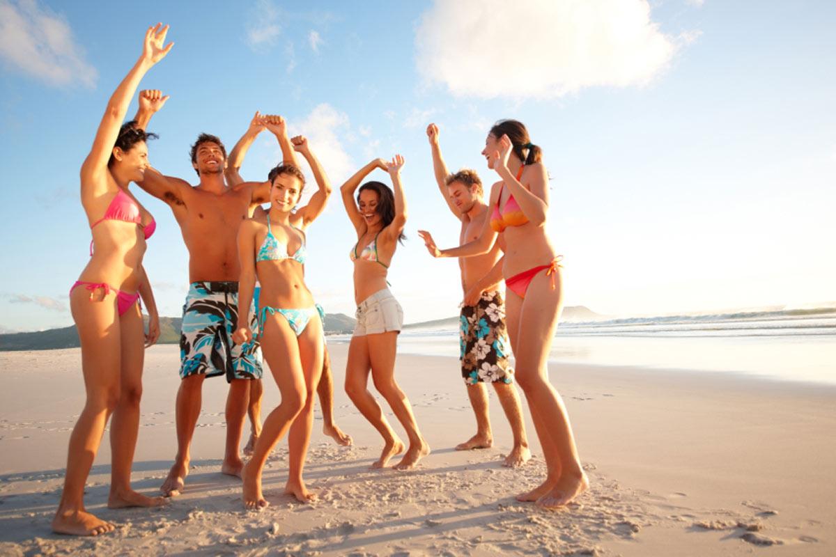 Nuoret rannalla