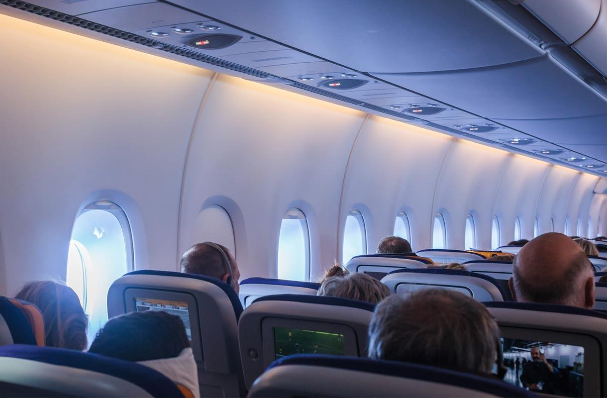 Matkustajat lentokoneessa