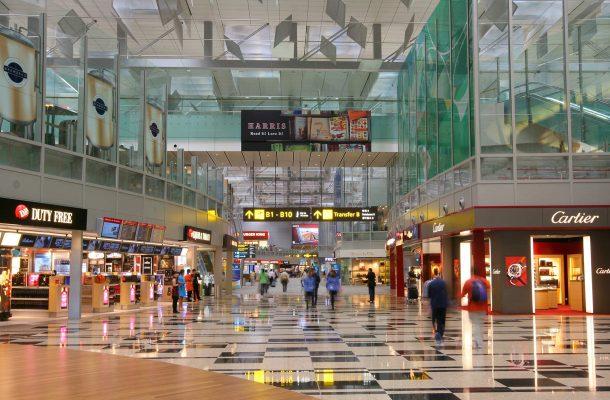 Kenttä on shoppailijan paratiisi. Yli 350 liikeessä myydään kansainvälisiä laatumerkkejä, kosmetiikkaa sekä verovapaata alkoholia.