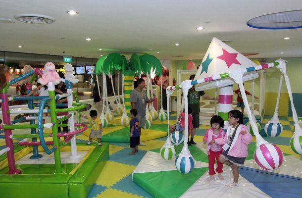 Lapsille on lukuisia leikkipaikkoja sekä maailman suurin lentokentällä sijaitseva liukumäki.