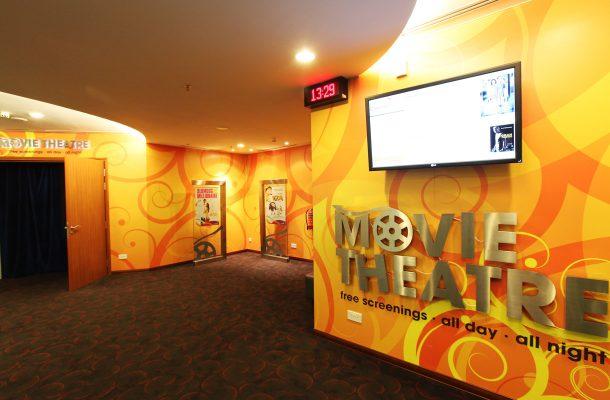 Elokuvateatteri on avoinna ympäri vuorokauden.