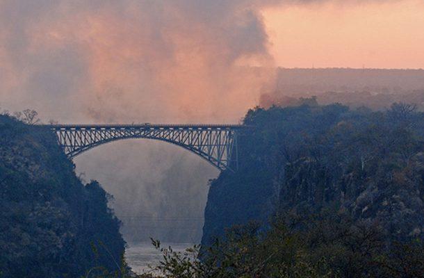 Noin 200 metriä pitkä ja 110 vuotta vanha silta yhdistää Sambian ja Zimbabwen.