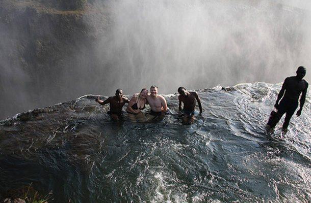 Rohkeimmat voivat käydä uimassa Devil's Poolissa.