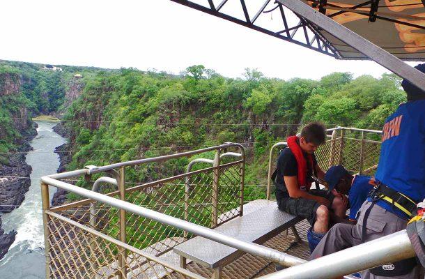 Rajasillalta voi hypätä benjin 111 metrin korkeudesta.