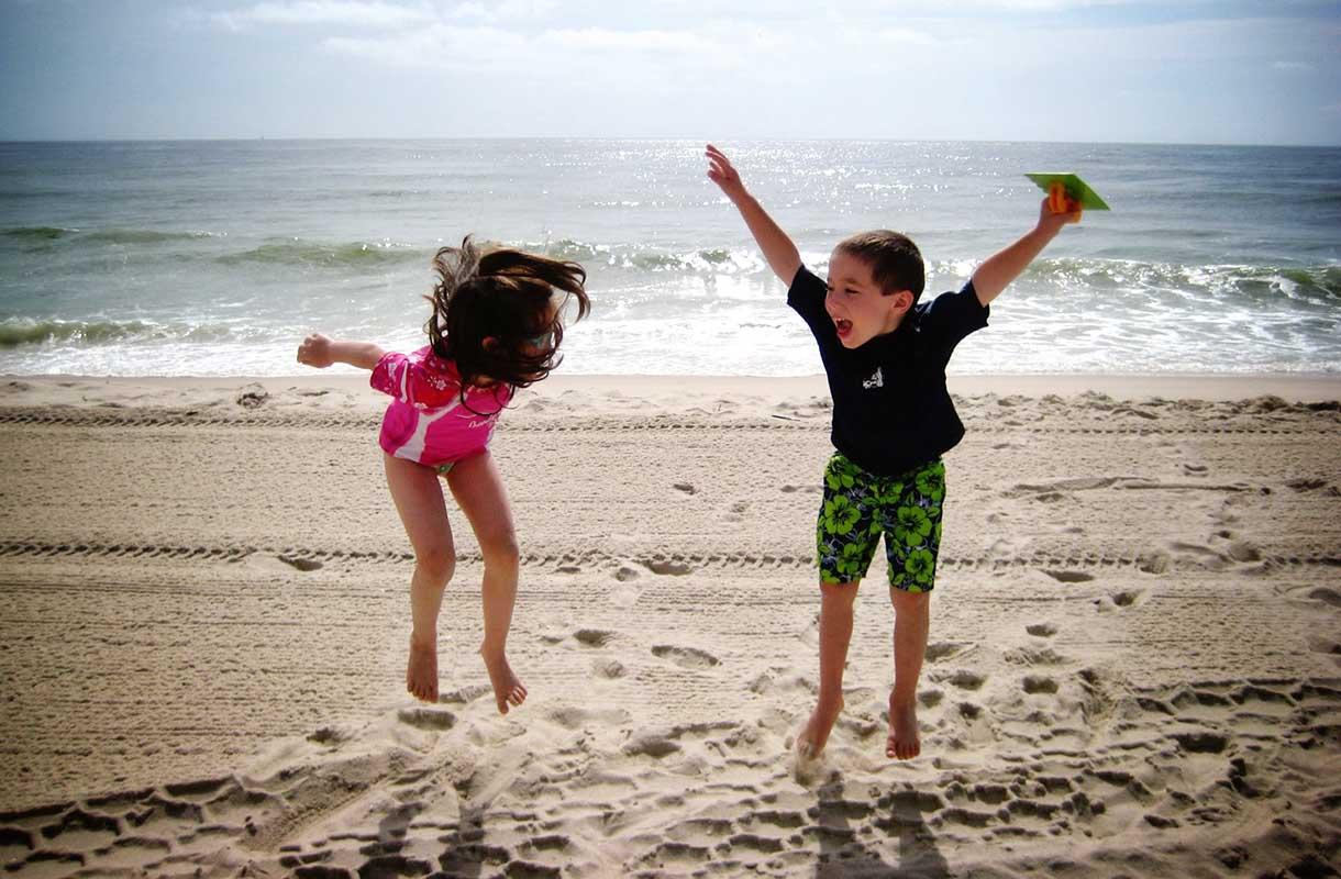 Lapset rannalla