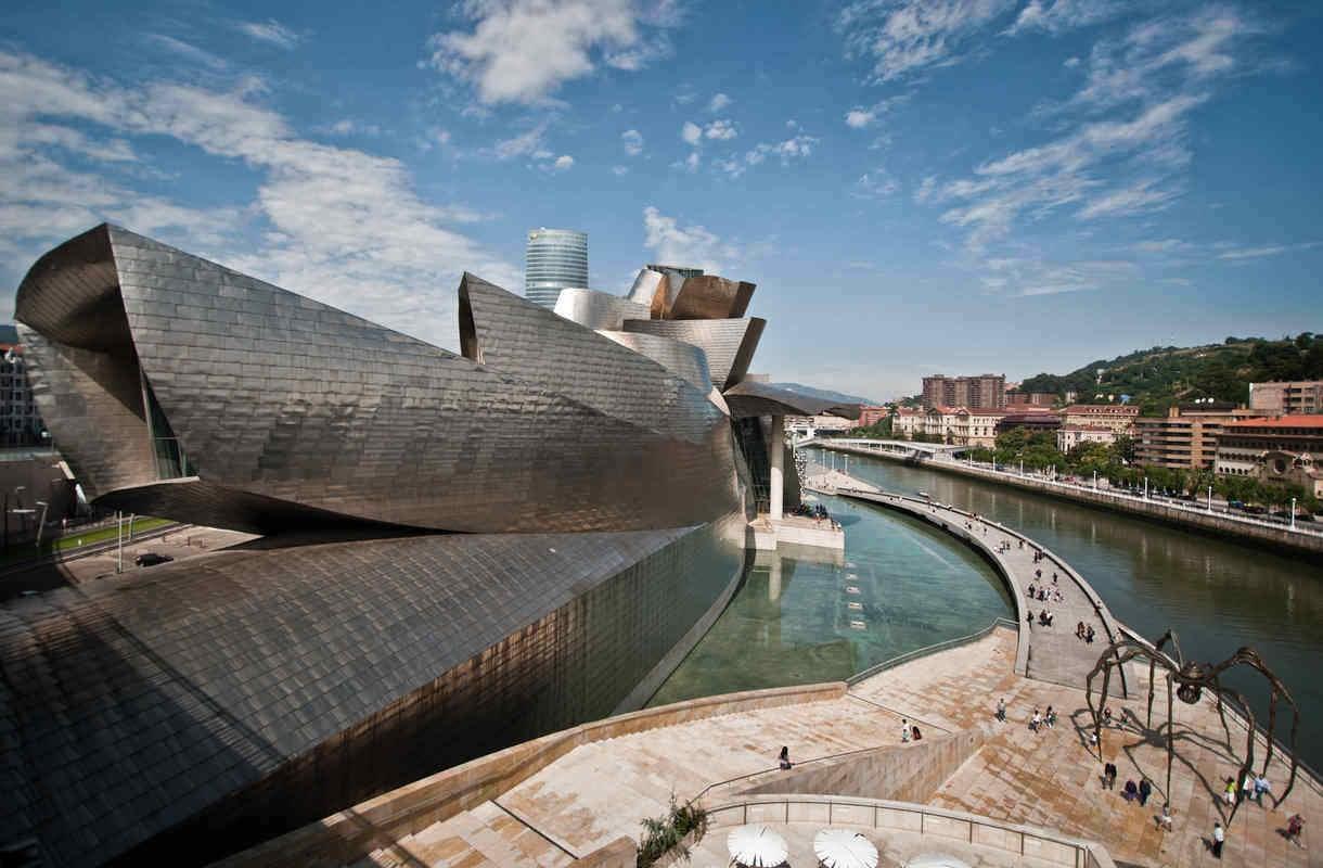 Guggenheim-museo on Bilbaon maamerkki
