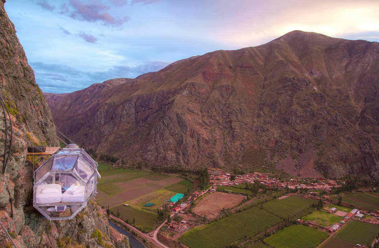 Perussa rakennettiin kapselihotelli vuorenrinteeseen