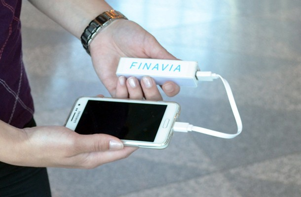 Finavia jakaa taskulatureita matkustajille Helsinki Vantaalla