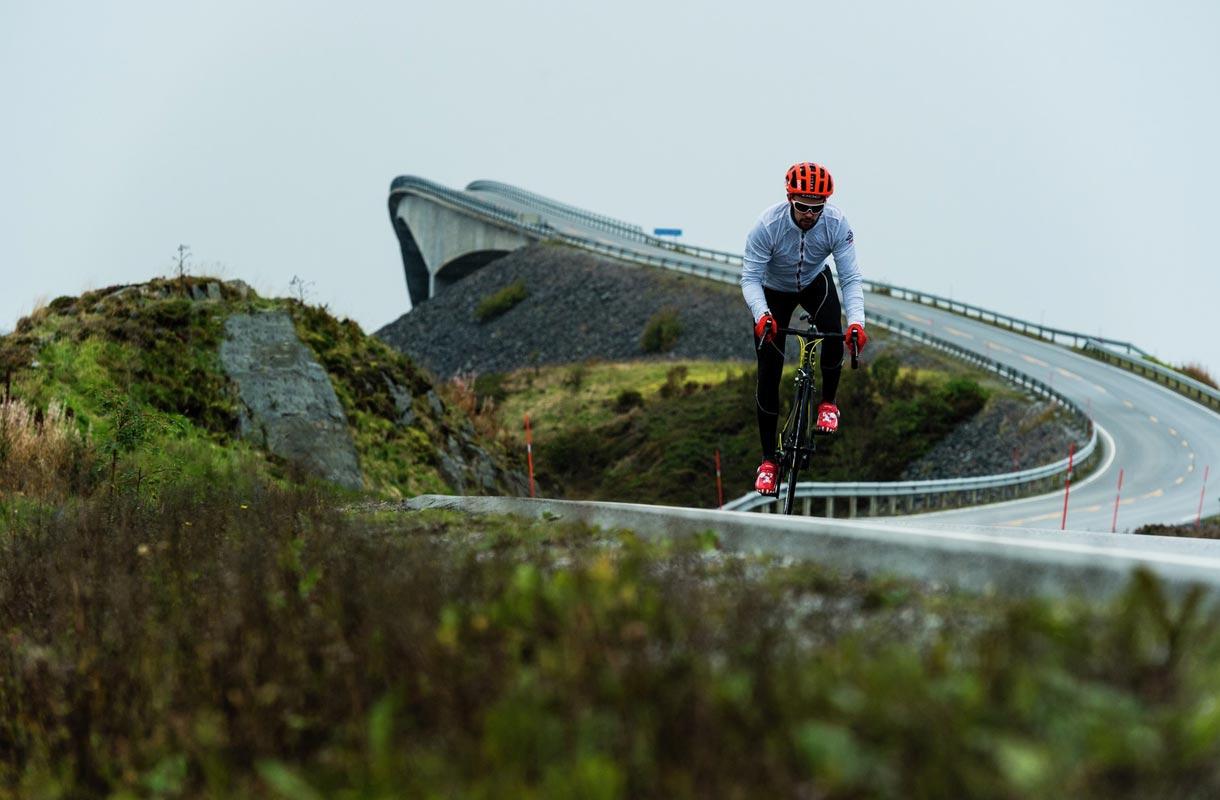Pyöräilijä Atlantin väylällä Norjassa