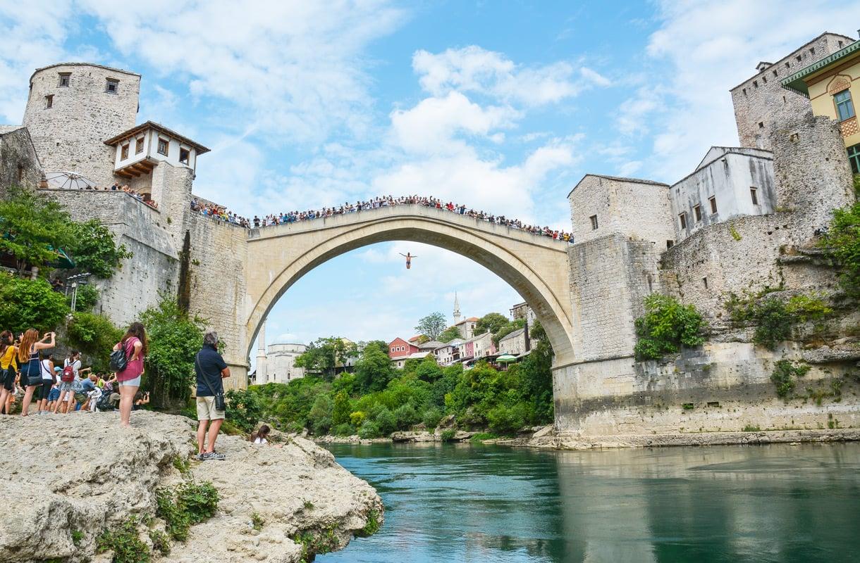 Uhkarohkeat siltahypyt häkellyttävät Mostarissa.