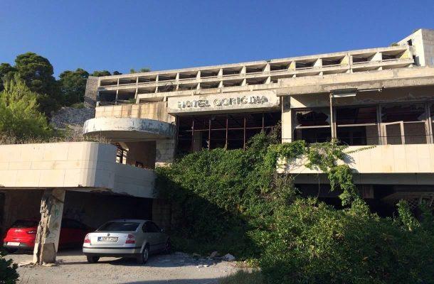 Hotellien rauniot Kuparin rannalla