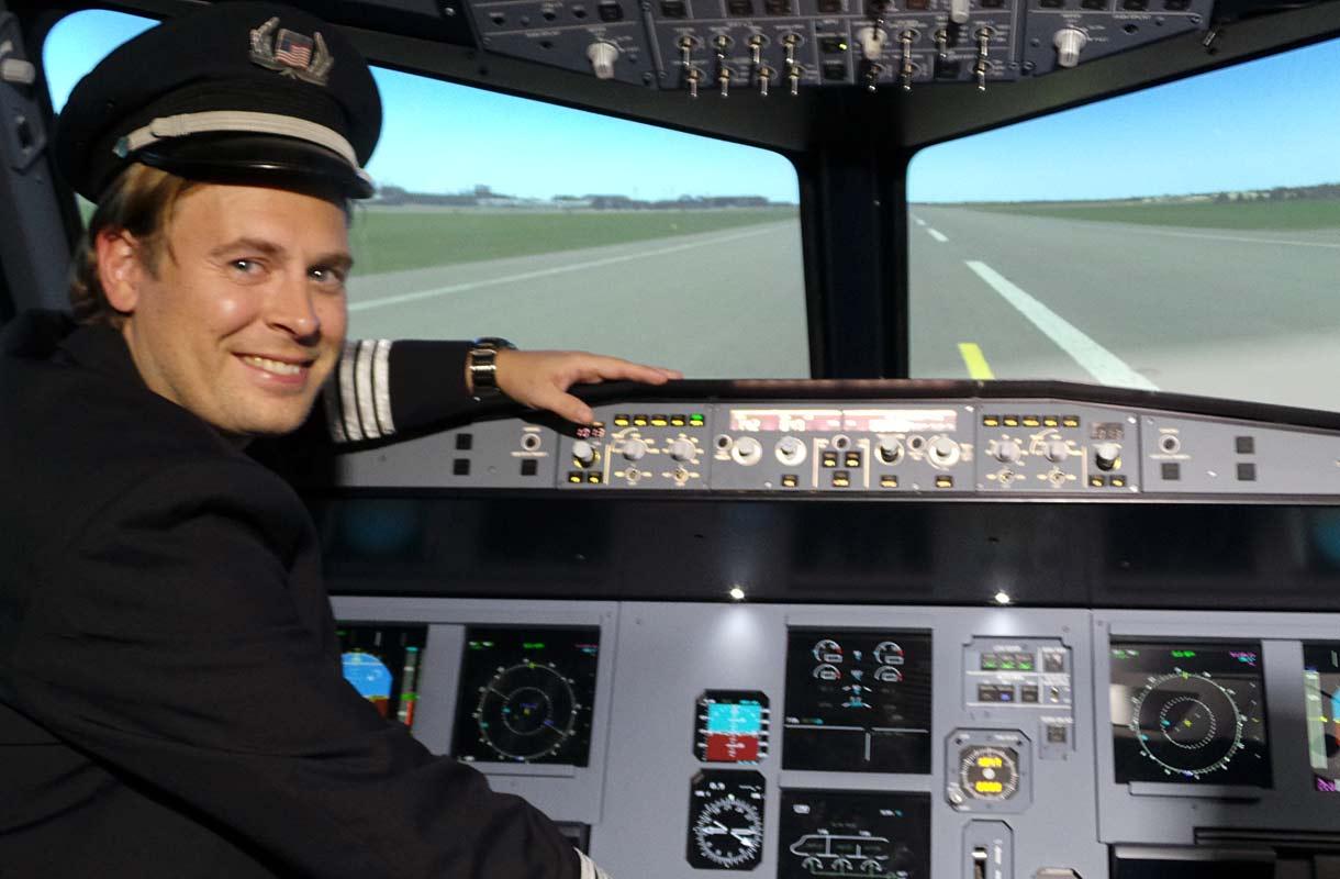Rantapallon Jani Uljas Takeoff-simulaattorissa