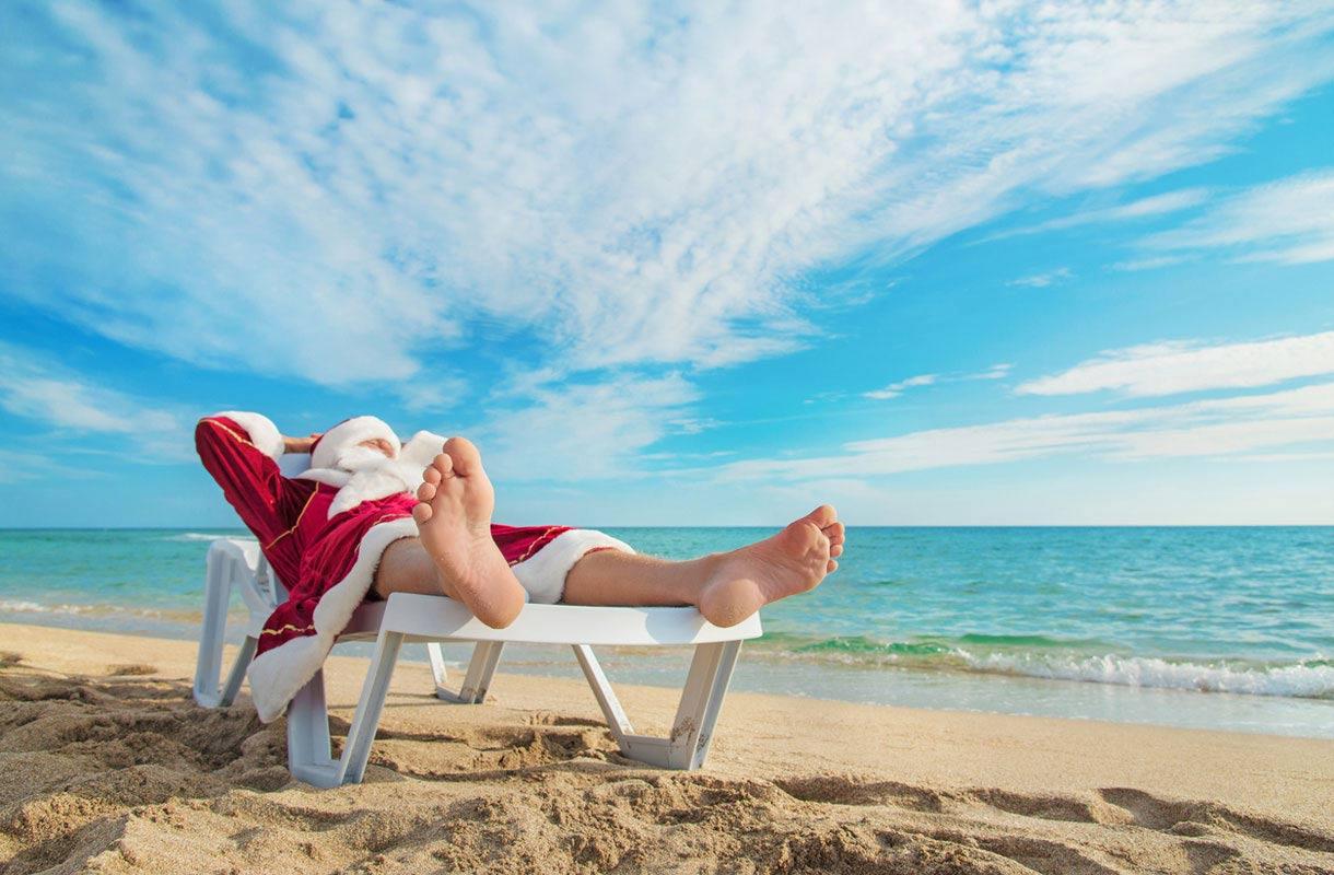 Joulupukki rannalla