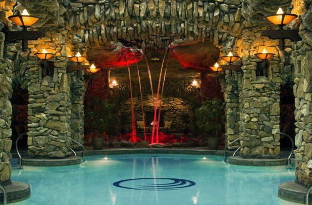 Luolamainen allasosasto Omni Grove Park Inn -hotellissa
