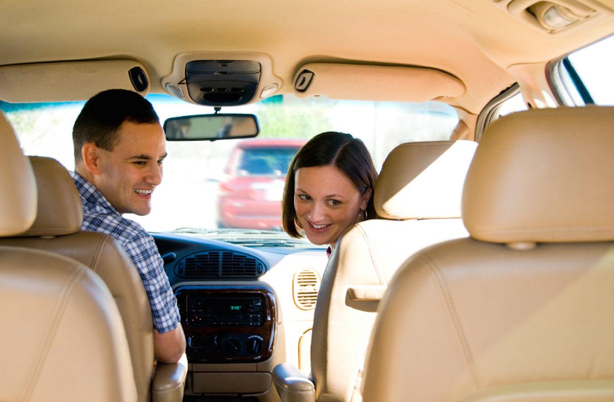 Pariskunta autossa