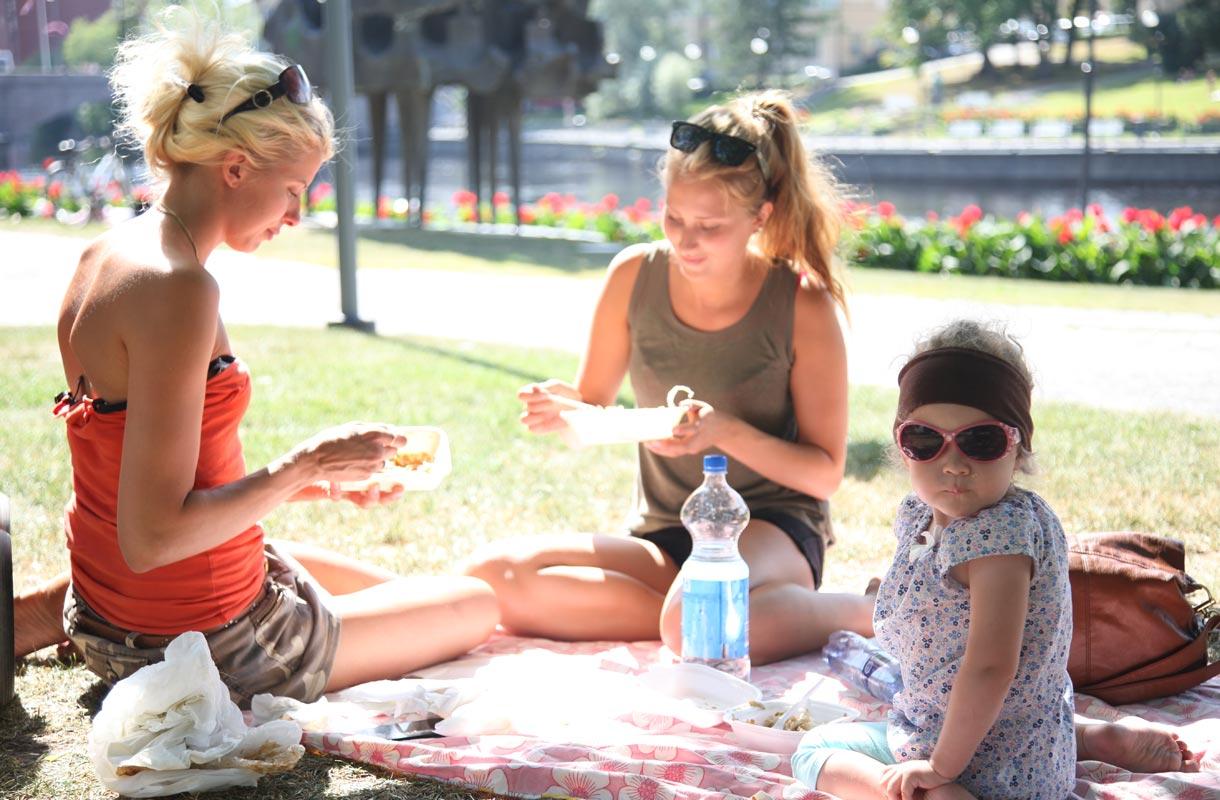 Piknik puistossa Tampereella