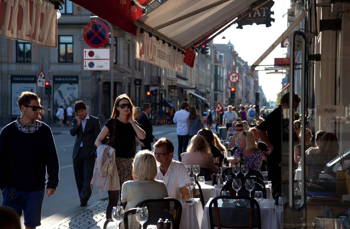 Keväisin Kööpenhaminan terassit ovat täynnä ihmisiä