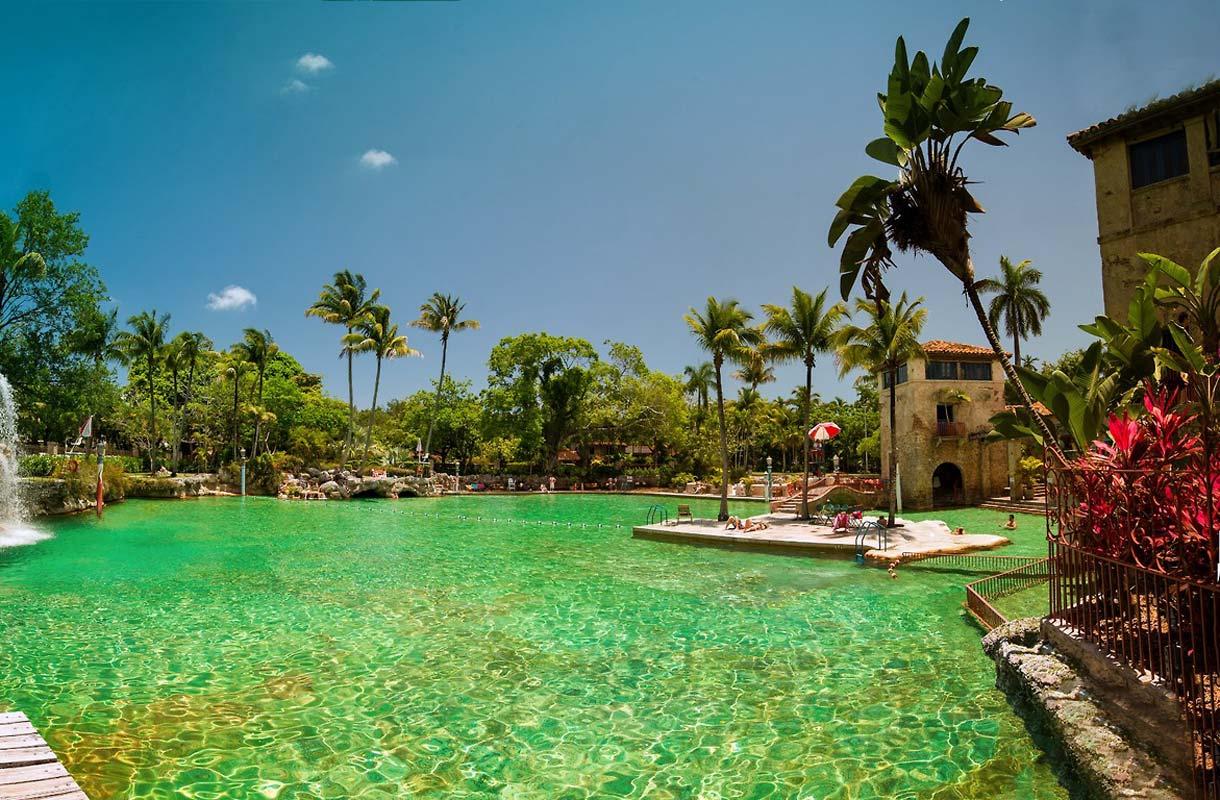 Julkinen uima-allas Floridan Coral Gablesissa