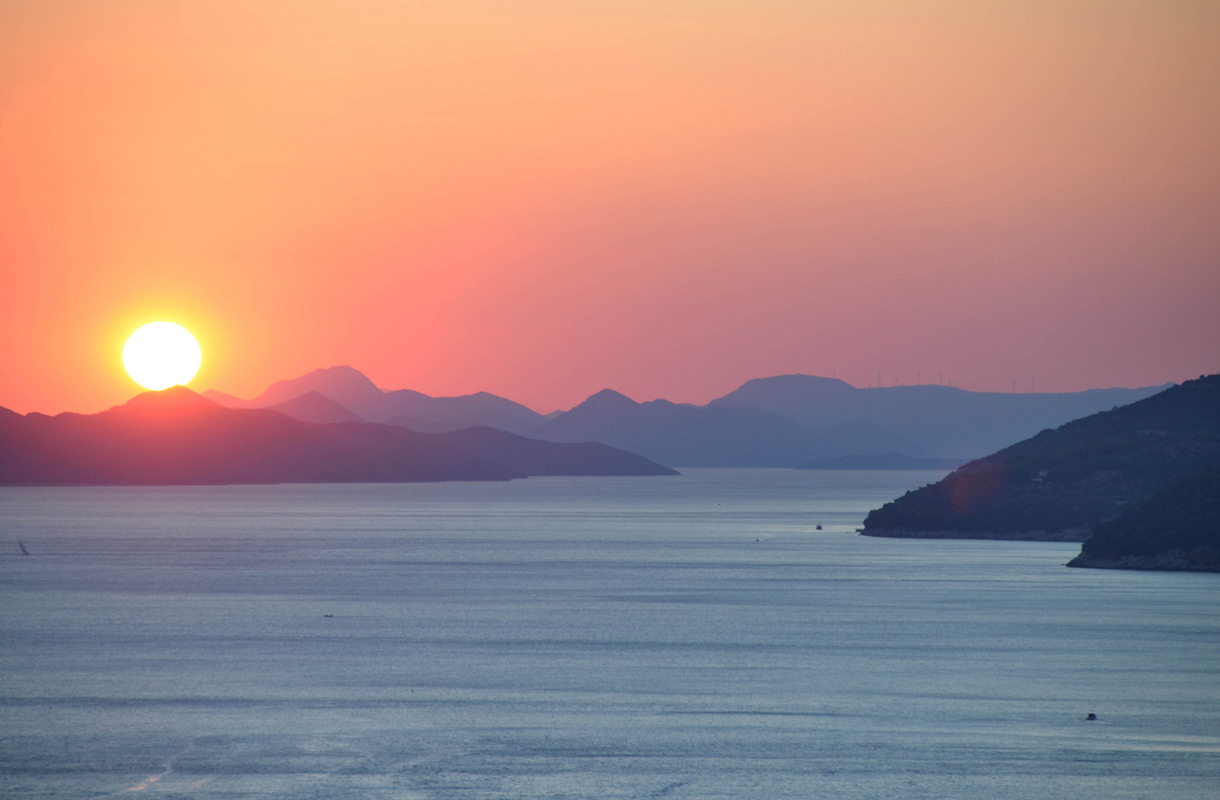 Auringonlasku Kroatian Dubrovnikissa.