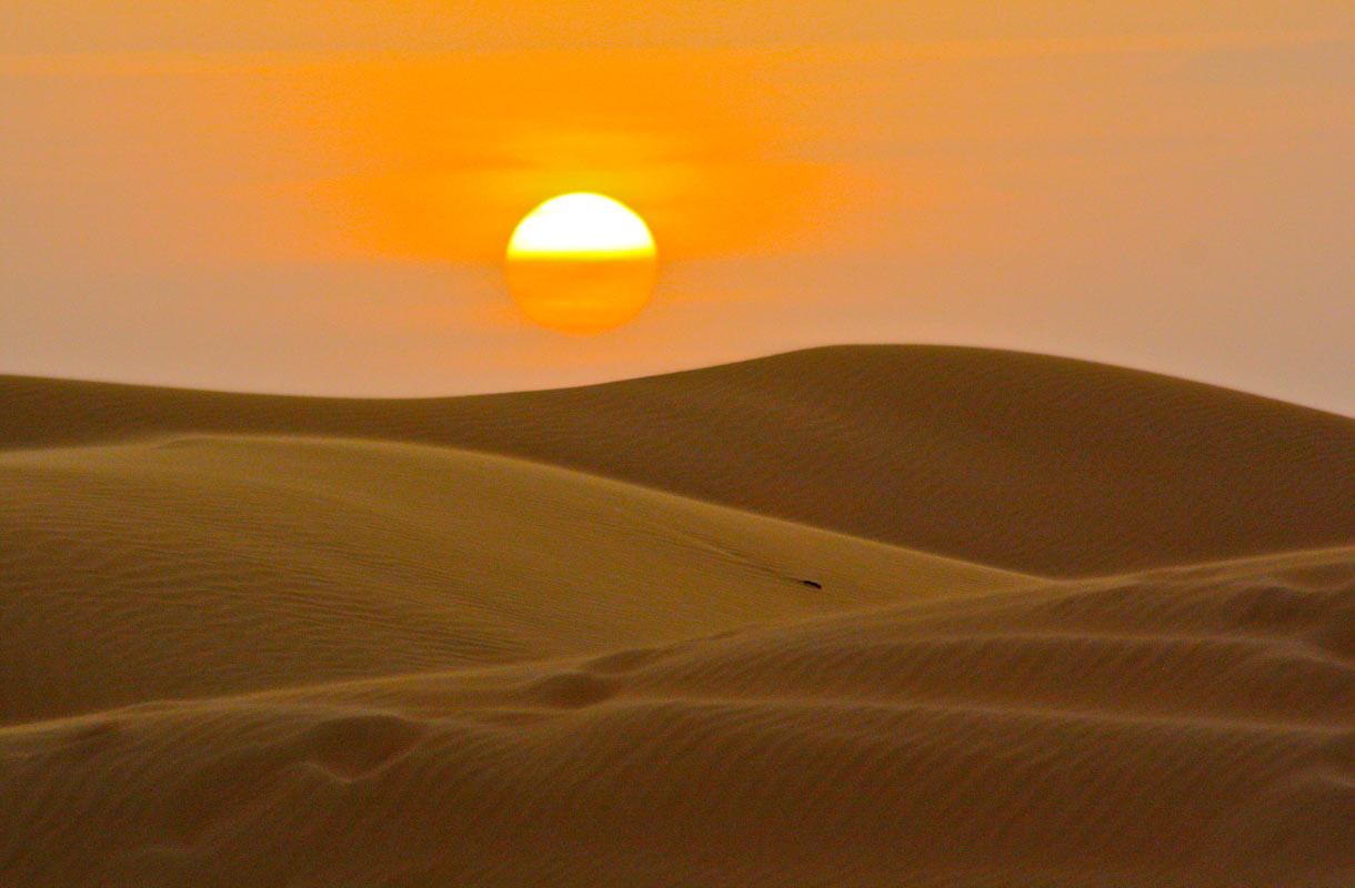 Jeeppisafarilla pääsee näkemään, miten aurinko laskee dyynien taakse.