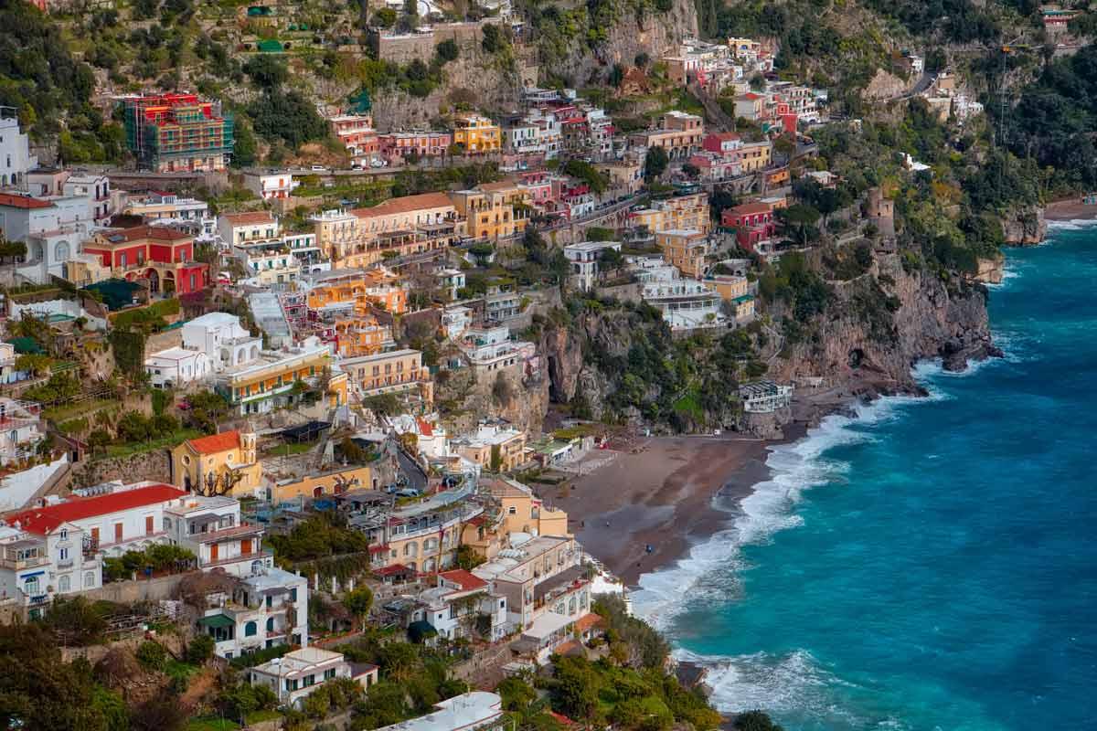 Amalfin rannikon Positano tunnetaan hyvistä ostosmahdollisuuksistaan.