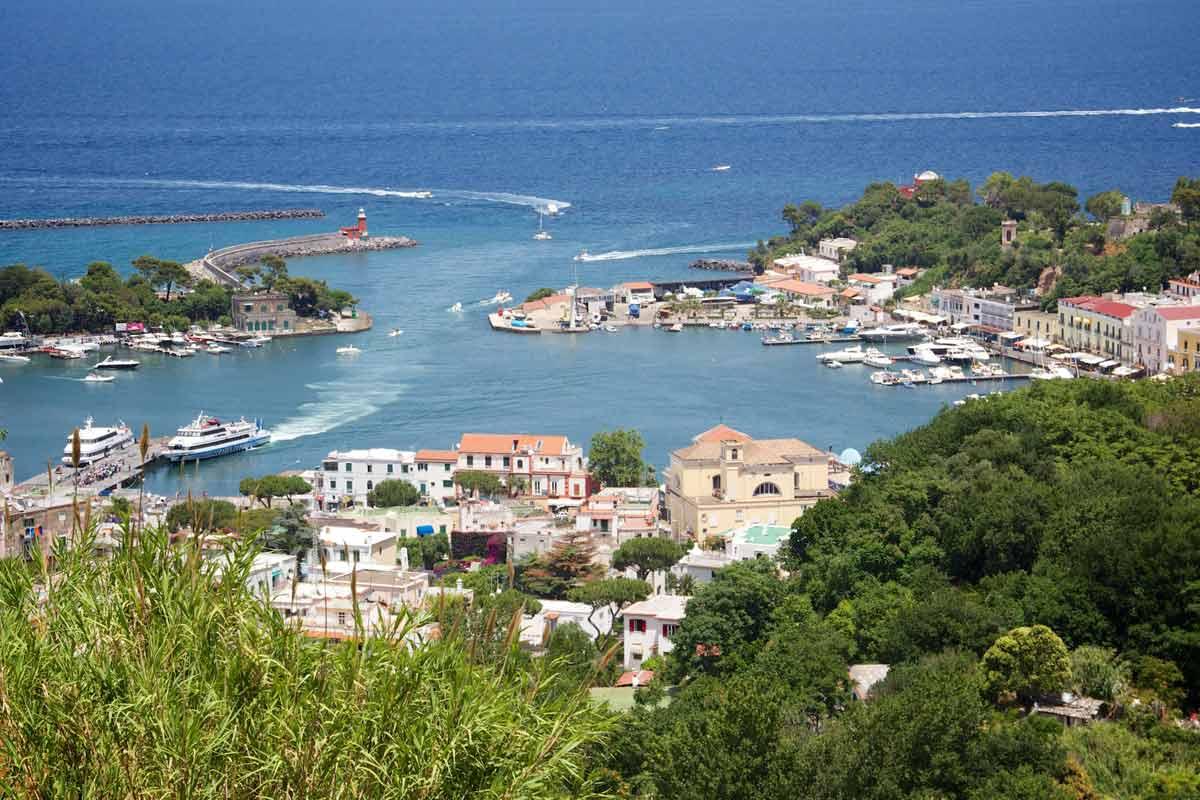 Ischian saari sijaitsee parinkymmenen kilometrin päässä Napolin kaupungista.