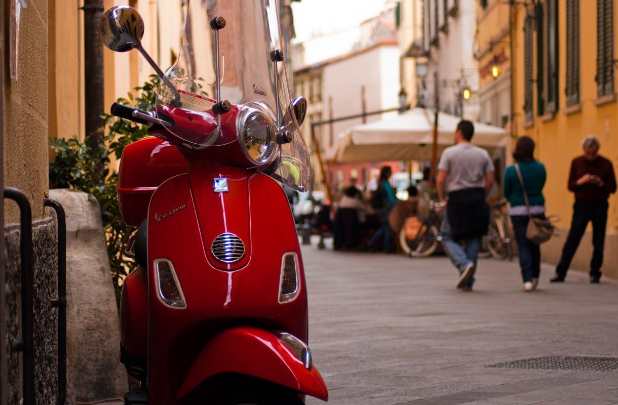 Skootterit ovat Italiassa suosittuja menopelejä.