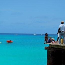 Turkoosia vettä Kap Verden Salin rannalla.