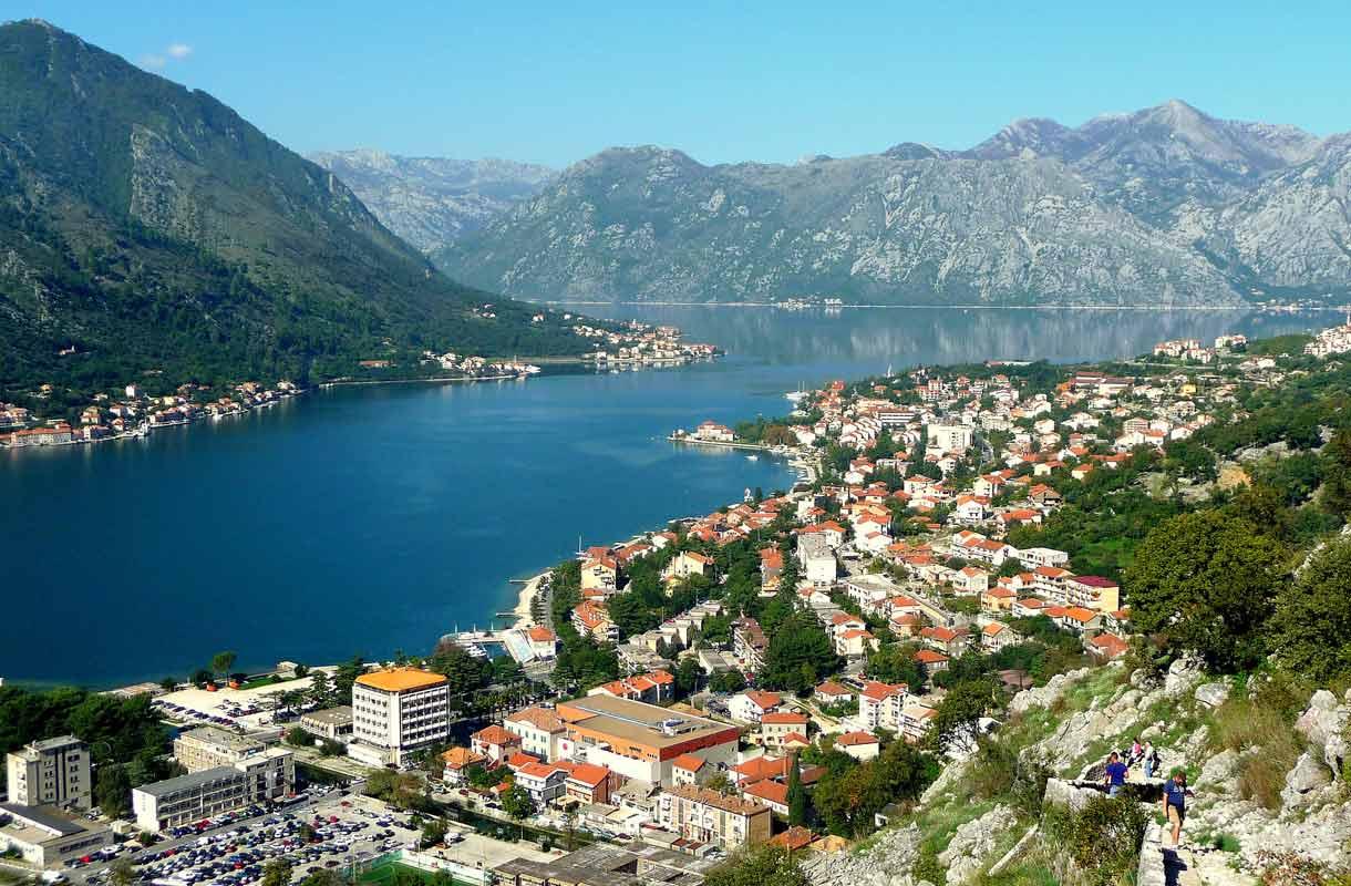 Kotor sijaitsee maantieteellisesti upealla paikalla vuorien keskellä.