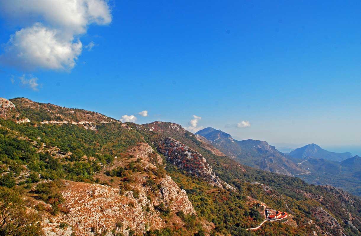 Montenegron Kotoria ympäröivät vaikuttavat vuoret.