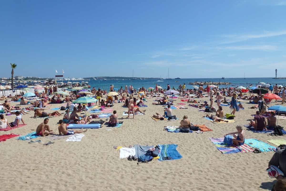 Cannesin rannoilla voi harrastaa vesiaktiviteetteja tai syventää rusketusta.